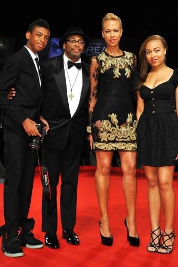 Spike lee en famille avec sa femme et ses enfants venus présenter son documentaire BAD 25 au Festival de Venise.