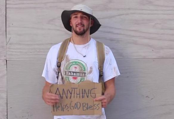un blogueur, big daws, se fait passer pour un SDF et donne 20 dollars à toutes les personnes lui venant en aide