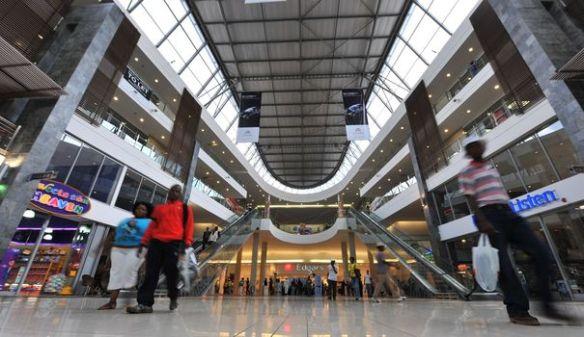 afrique-developpement-consommation-un-centre-commercial-a-soweto-en-mars-2010_5153863